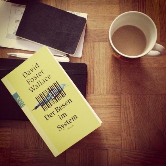 Und der Tag beginnt, wie Tage eben so beginnen mit Kaffee und einem Besen im System.