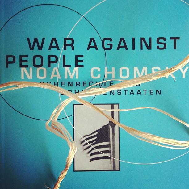 "Ganz schön frech, wie der Flachs da über Noam Chomsky's ""War against People"" abhängt."